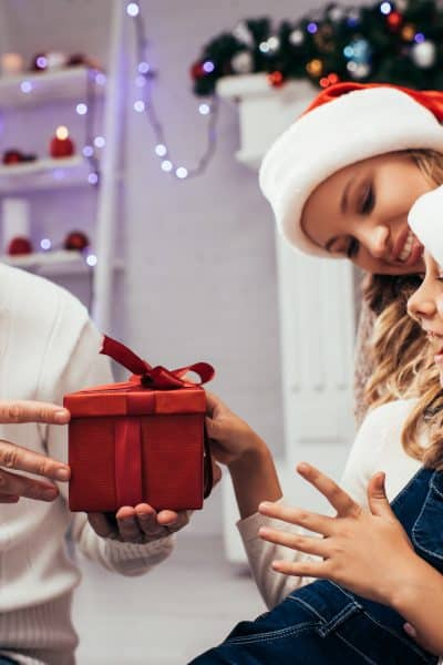 Ways to Give Back as a Family This Holiday Season